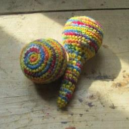 La Cesta de los Tesoros III: sonajero y pelota DIY (Patrón gratis)